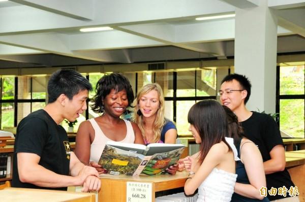 靜宜大學外籍學生與本國學生互相交流。(記者張軒哲攝)