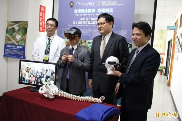 彰化秀傳醫院和國立勤益科技大學共同開發設計出醫療手術用的頭戴式智慧型眼鏡,今天發表,縣長魏明谷試戴。(記者張聰秋攝)