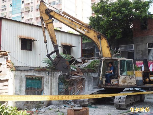 廠商18日一早就開始拆除老宿舍的作業。(記者陳昀攝)