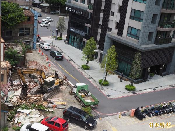 18日中午,荒廢的老宿舍已拆除大半。(記者陳昀攝)
