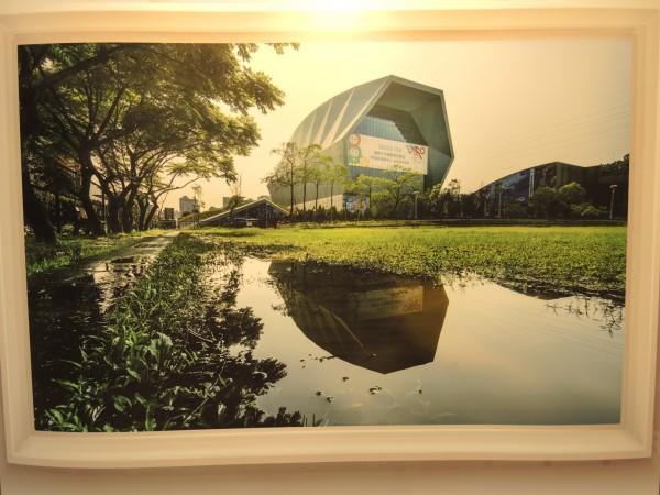 獲得第一名的攝影作品中和國民運動中心。(記者翁聿煌翻攝)