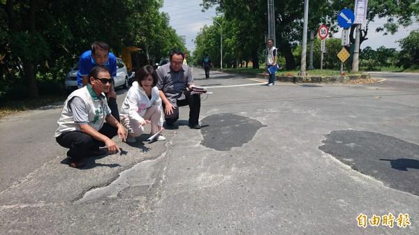 柳營義士路爛路原因找到了,將翻修給民眾一條安全路。(記者楊金城攝)