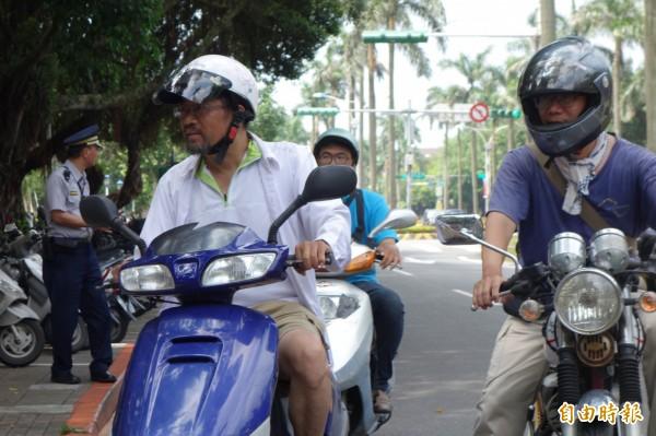 南華大學教授周平(左)、謝青龍(右)2人騎車環島,為台灣高教與醫療請命。(記者吳柏軒攝)