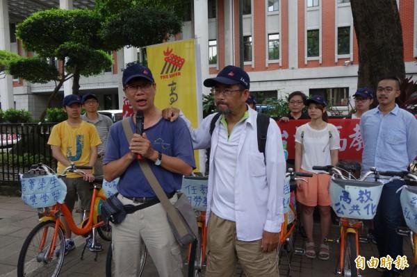 南華大學教授周平(前右)、謝青龍(前左)2人騎車環島,為台灣高教與醫療請命。(記者吳柏軒攝)