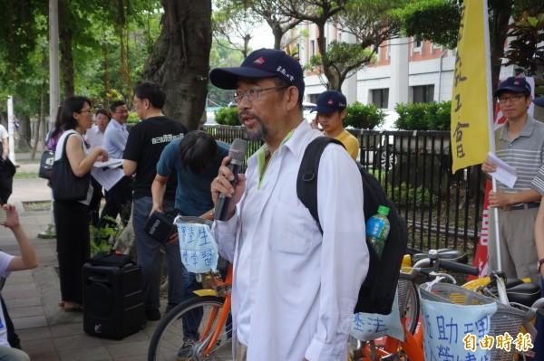 南華大學教授周平,帶著洗腎的身體,展開騎車環島之旅,要身體力行,替台灣高教與醫療請命。(記者吳柏軒攝)