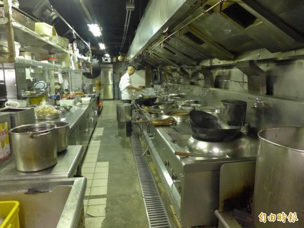 海中天餐飲時尚館將在8月31日停業,廚房中可拆、可搬、可用的設備器具,都將出清拍賣。(記者李雅雯攝)