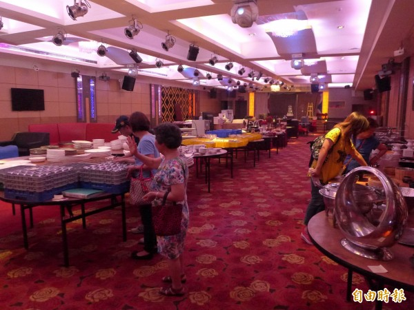 海中天餐飲時尚館將在8月31日停業,一樓已先陳列首批拍賣碗盤、杯具等,許多人趁早來挖寶。(記者李雅雯攝)