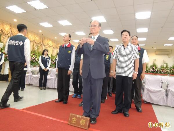中華統一促進黨主席張馥堂(前)率黨員到中國遼寧旅遊團罹難者靈前上香。(記者周敏鴻攝)