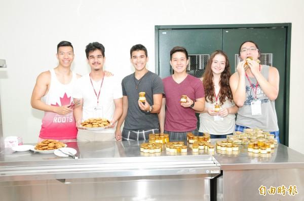 海外華裔青年學習製作糕點。(記者張軒哲攝)