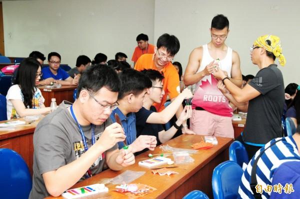 海外華裔青年學習製作童玩。(記者張軒哲攝)