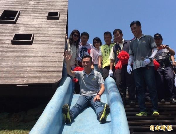 新竹市長林智堅跟大家開始玩全長54公尺、北台灣最長的磨石子溜滑梯等有趣的戶外設施。(記者蔡彰盛攝)