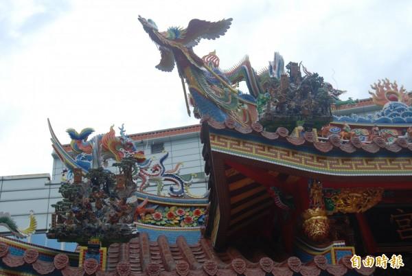 樹林濟安宮牌頭泥塑各個重達百公斤,由中國名師打造,重現張飛與馬超晝夜酣戰的情景、楊門女將穆桂英等傳奇。(記者張安蕎攝)