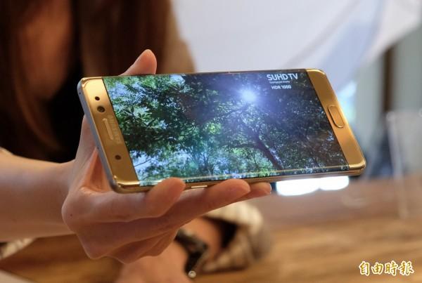 三星大尺寸手機Galaxy Note 7是首支支援HDR影片播放的手機,具備高動態範圍、高明亮對比、與高色彩色域特色,即使畫面明暗、高反差,也能自動調整成更真實漂亮。(記者陳炳宏攝)