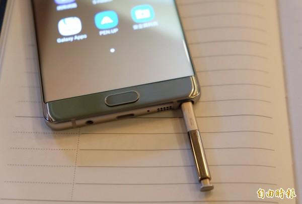 上一代Note 5許多消費者誤將觸控筆反插,造成卡住悲劇,Note 7已經有防呆設計。(記者陳炳宏攝)