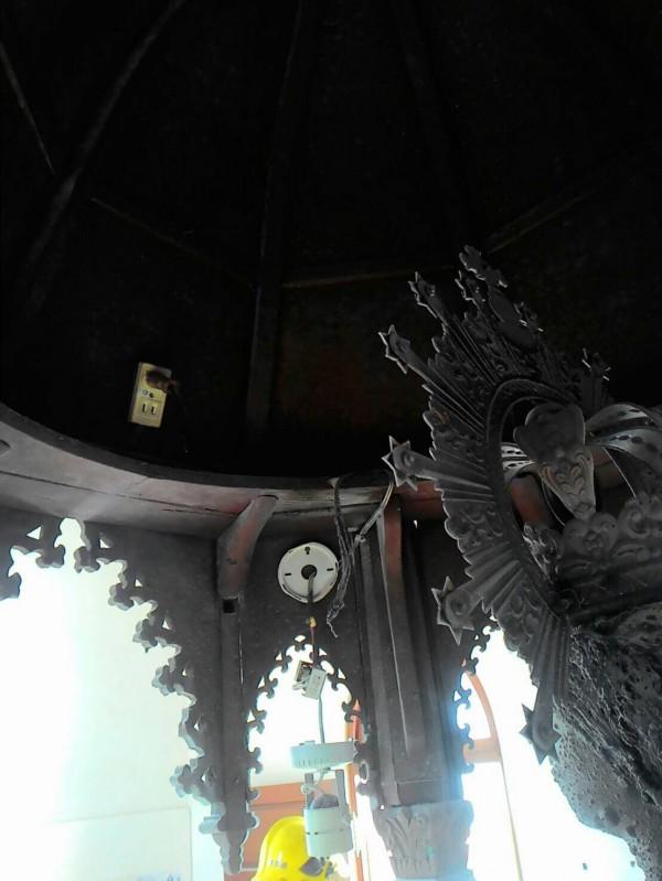 萬金聖母聖殿傳火警,聖母像衣服被燒毀,不排除電線走火。(圖由屏東縣消防局提供)