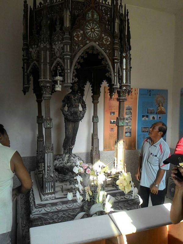 萬金聖母聖殿傳火警,聖母像衣服被燒毀。(圖由屏東縣消防局提供)