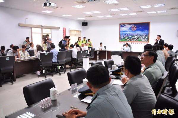 205兵工廠搬遷期限已延宕18年,圖為立委賴瑞隆與國防部協調情形。(記者黃旭磊攝)