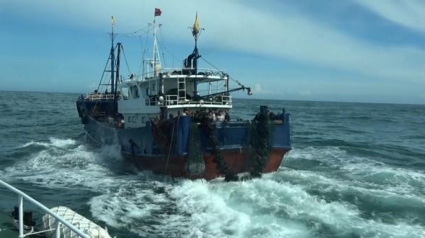 中國漁船蛇行造浪,阻撓我海巡登檢。(記者黃捷翻攝)