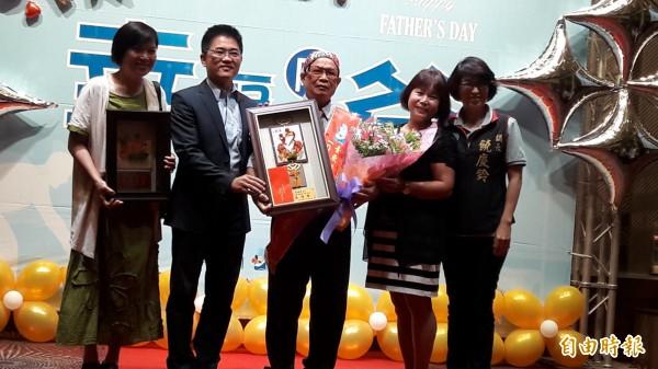 台東縣長黃健庭(左2)頒獎表揚模範父親。(記者黃明堂攝)