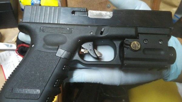 警方在呂男手提包、家中查獲兩把改造手槍。(記者王捷翻攝)