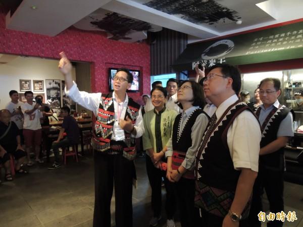 蔡英文總統(右二)參觀阿美米干店內的擺設。(記者周敏鴻攝)