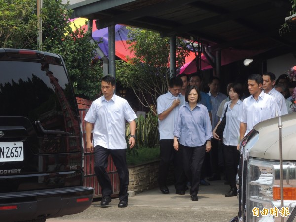 總統蔡英文上午在林國華靈前上香悼祭後離開。(記者廖淑玲攝)