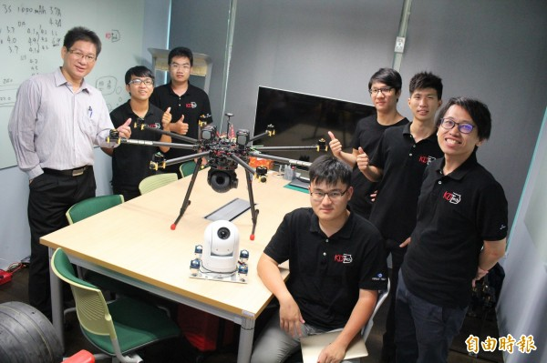 高雄第一科大學生組成KDTech團隊,以球型空拍雲台開創事業。(記者蘇福男攝)