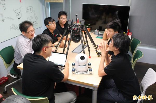 KDTech團隊齊聚創新基地,研討球型空拍雲台技術。(記者蘇福男攝)