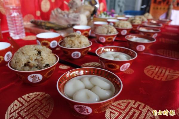 鹿港傳統拜七娘媽,要準備油飯,還有「糖粿」。(記者劉曉欣攝)