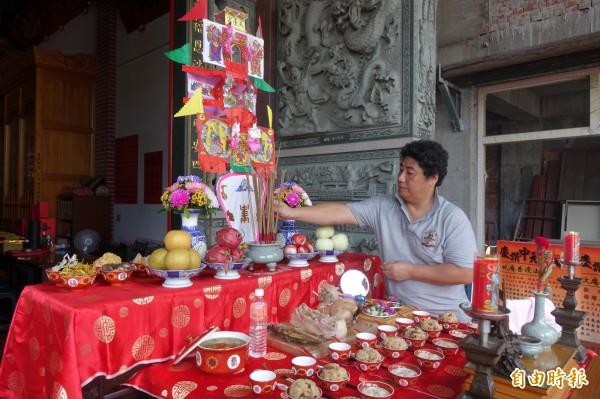 鹿港文史工作者莊研育,認為鹿港保有七夕拜拜的傳統。(記者劉曉欣攝)