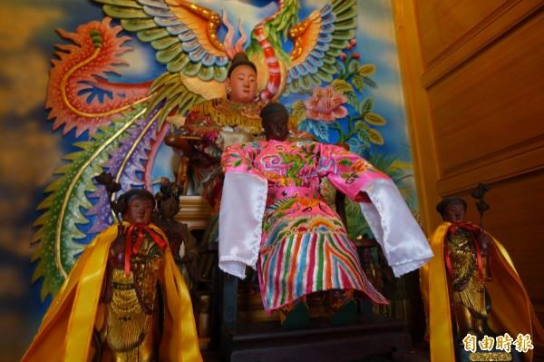 鹿港威靈廟配祀七宮夫人,百年軟身媽祖(圖前者)多年來保佑小孩平安長大。(記者劉曉欣攝)