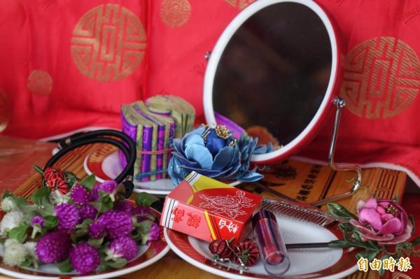 七夕拜七娘媽,準備胭脂水粉、鏡子與圓仔花,幫七娘媽「妝水水」。(記者劉曉欣攝)