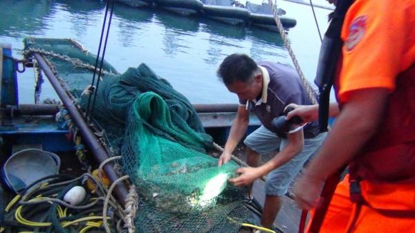 金門海巡隊查獲越界電魚的中國漁民,是一名瘖啞人士。(圖由金門海巡隊提供)