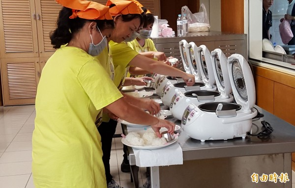 霧峰農會今天舉行香米比賽,比照全國賽依規定時間烹煮、靜置再送給評審品嚐、評分。(記者陳建志攝)