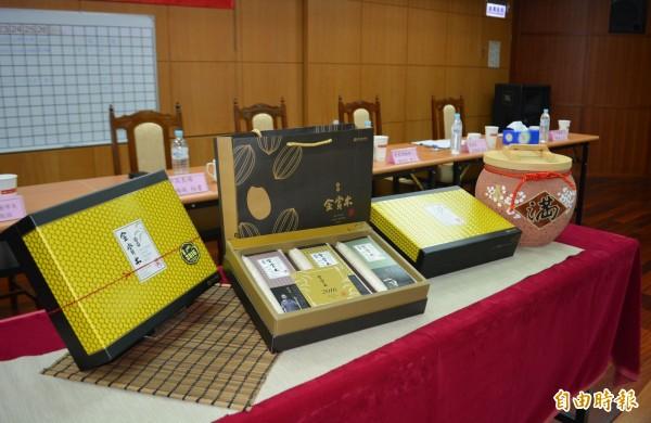 霧峰區農會今天舉行「霧峰區稻米品質競賽」,將以前3名比賽米製作金賞米禮盒。(記者陳建志攝)