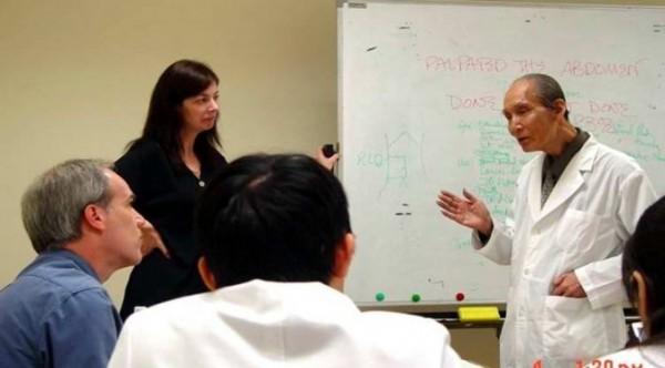 何耀輝(右一)教授生前參加研討會後,與外國學者討論。(圖取自高醫大校刊高醫人)