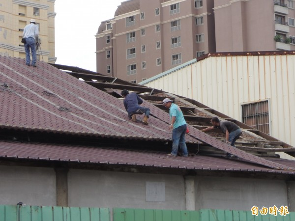 市府拆除80年歷史的台南舊魚市場,引發文化界網路連署搶救,市府宣布暫時停止拆除作業。(記者洪瑞琴攝)