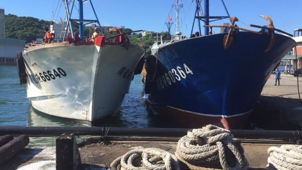 中國籍閩龍漁66640號漁船刻意漆成白色,偽裝成我國漁船。(記者吳昇儒翻攝)