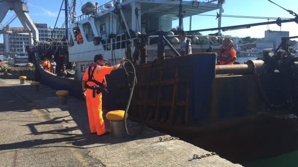 海巡人員扣留中國籍漁船「閩龍漁60364」。(記者吳昇儒翻攝)