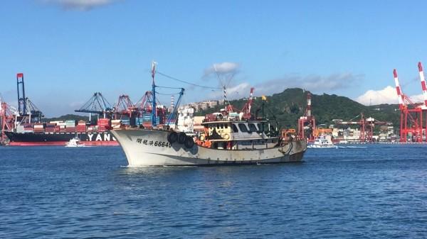 中國籍閩龍漁66640號漁船被帶回我國正濱漁港。(記者吳昇儒翻攝)