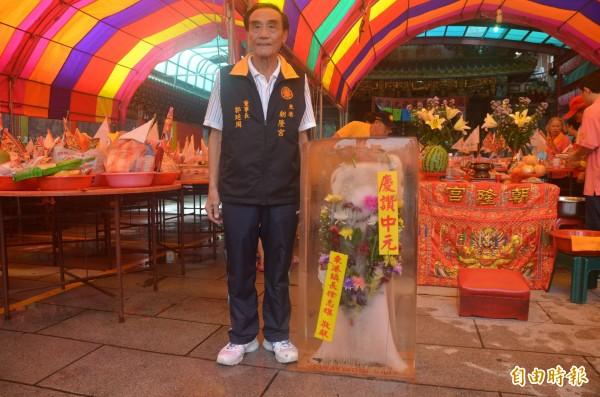 中元普度時東港鎮會擺上「冰花』消暑又吸晴。(記者葉永騫攝)