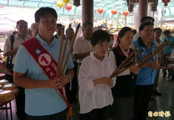國民黨主席洪秀柱(左2)今日午後偕同花蓮市長候選人魏嘉賢(左1)、立委徐榛蔚(右2)等人至花蓮慈天宮參拜。(記者王峻祺攝)