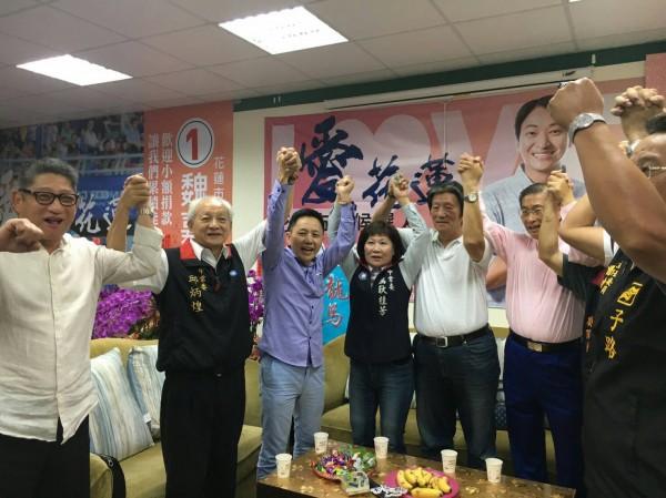 中華統一促進黨總裁「白狼」張安樂(右二)今天下午前往國民黨提名花蓮市長候選人魏嘉賢競選總部為候選人加油。(讀者提供)