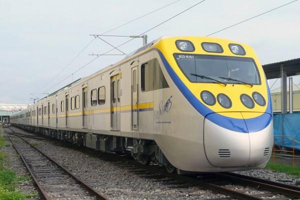 台鐵新購微笑號列車,黃藍顏色對調,有民眾認為醜斃了,也有民眾認為像電影「小小兵」配色討喜。(台鐵提供)