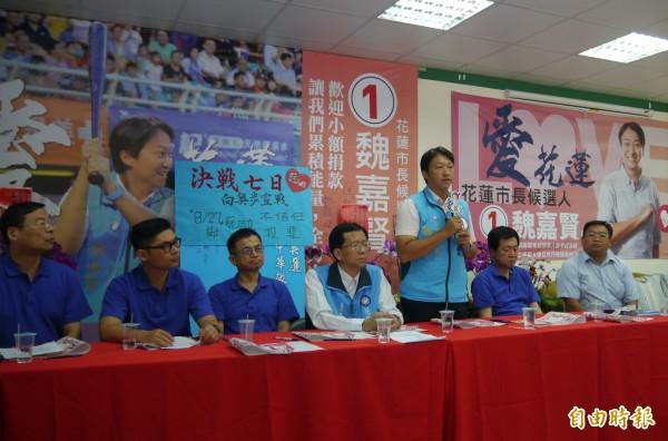 國民黨提名的花蓮市長候選人魏嘉賢(左3),今天在立院黨團陪同下召開「決戰7日,向奧步宣戰」記者會,面對「網路負面傳聞」選擇不再緘默,決定要「嚴正反擊」。(記者王峻祺攝)