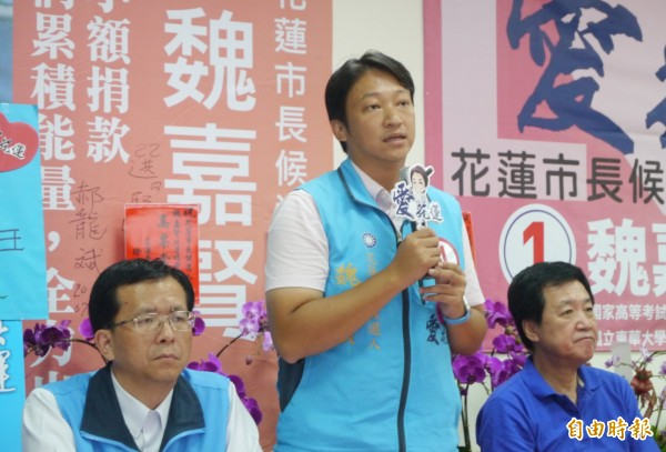 花蓮市長候選人魏嘉賢(中)今天在立院黨團陪同下召開「決戰7日,向奧步宣戰」記者會,面對「網路負面傳聞」選擇不再緘默,決定要「嚴正反擊」。(記者王峻祺攝)