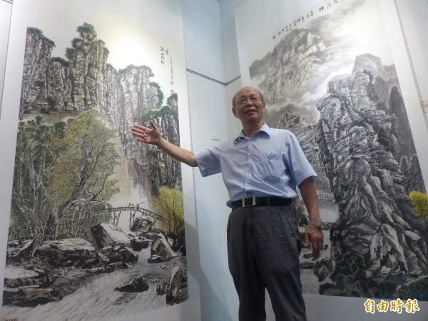 楊誠國把在中國感受到的山水氣勢,一起入畫。(記者吳正庭攝)