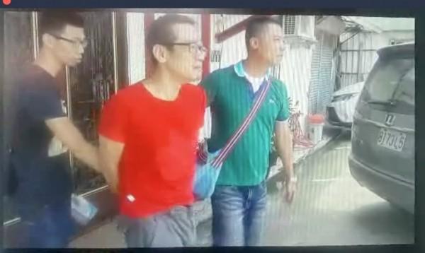 毒販王平南(紅衣者)曾因躲避警方查緝,害毒友墜樓摔死,他再度販毒被逮。(記者吳仁捷翻攝)