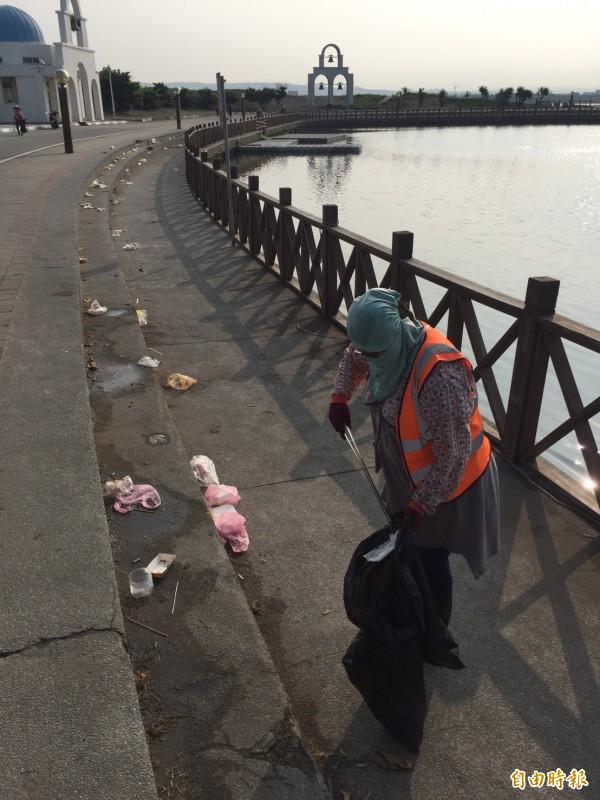 新竹市南寮漁港是寶可夢抓寶聖地,但這幾週以來,每天晚上都湧入數千人來抓寶,不僅造成垃圾爆增數十倍,清潔人員更是辛苦,有清不完的垃圾。(記者洪美秀攝)