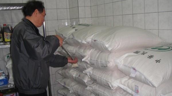 農糧署自105學年度起供應學校午餐食米都經嚴格把關,並附縫繫檢驗標籤可追溯來源。(圖:農糧署提供)